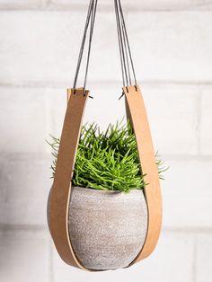 DIY-Anleitung: Pflanzenhängung aus Leder selber machen, originelle Wohndeko / make your own home decor: hanging plant pot with leather straps via DaWanda.com