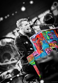 Chris Martin/Coldplay -my over the top band/music addiction! Coldplay Concert, Chris Martin Coldplay, Coldplay Piano, Love Band, Cool Bands, Rock Roll, Yves Saint Laurent Tasche, Groupe Pop Rock, Ariana Grande