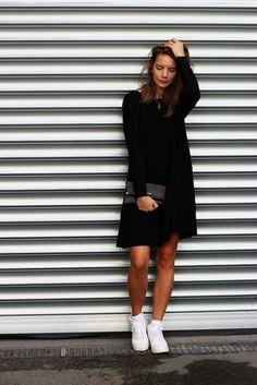 "Der ""Sonntag-Wohlfühl-Look"" all is pretty leonie klara modeblog fashion all black sneaker nike airforce"