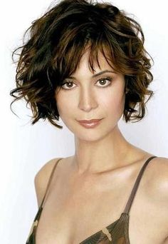 Know About Curly Short Hairstyles with Bangs to Look Different Kurze lockige Frisuren mit Pony. Short Haircuts With Bangs, Short Hairstyles For Women, Messy Hairstyles, Bob Haircuts, Haircut Short, Hairstyle Ideas, Hair Ideas, Classic Hairstyles, Formal Hairstyles