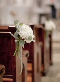 Church aisle decorations ideas_Hydrengeas pew flowers