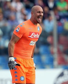 Pepe Reina Photos Photos - Pepe Reina of Napoli reacts during the Serie A match between FC Crotone and SSC Napoli at Stadio Comunale Ezio Scida on October 23, 2016 in Crotone, Italy. - FC Crotone v SSC Napoli - Serie A