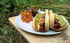 Carrotdogs mit Süßkartoffel-Kürbis-Jengatürmchen und BBQ Sauce. Kann man machen. Und durch die Ketchupmarinade in der die Karotten eingelegt werden wird es auch nicht zu gesund.