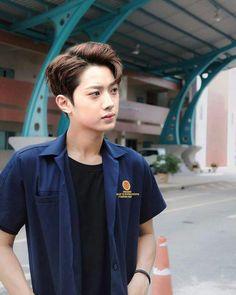 ❝Eh itu maba yang telat suruh ngadep ke gue. Dikata apaan enak-enakan telat kaya gitu?!❞ -Guanlin as ketua BEM Ong Seung Woo, A Love So Beautiful, Guan Lin, Lai Guanlin, Korean Ulzzang, Cute Korean Boys, Kim Jaehwan, Ha Sungwoon, Kpop Guys