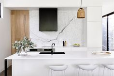 design by builder image via Kitchen goals right here! design by builder image via Kitchen goals right here! Crescent Pendant Light: Designed by Lee Broom, the Crescent pendant takes the form of Gray Interior, Contemporary Interior, Kitchen Interior, Cocinas Kitchen, Eat In Kitchen, Kitchen Island, Cuisines Design, Beautiful Kitchens, Interiores Design