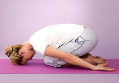 Ülj a sarkadra, majd a felsőtesteddel dőlj előre, míg a homlokoddal a földet érinted. A karokat lazán húzd magad mellé. Az embrió póz normalizálja a vérkeringést, enyhíti a fejfájást, segít ráhangolódni az alvásra.