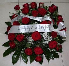 Veniec Death rose  Krásny mnohokvetý okrúhly veniec z červených ruží . Priemer venca volitelný . Základná cena pri velkosti 60 cm. Cena je vrátane doručenia v Bratislave na adresu bytovú ako aj na cintorín V cene je aj smútočná stuha s textom podla Vášho želania. V prípade akých koľvek otázok nás kludne kontaktujte na t.č. 0904 034 334  #death #rose #red #roses #smútočný #veniec #okrúhly #živý #červené #ruže #wreath #funeral