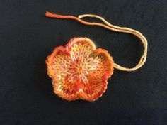 The flower is work seamlessly in the round.You can use double pointed needles or circular needle long enough to do magic loop. Knitted Flowers Free, Knitted Flower Pattern, Crochet Flowers, Flower Patterns, Animal Knitting Patterns, Christmas Knitting Patterns, Crochet Patterns, Knitting Ideas, Knitting Projects