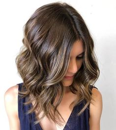 """It can not be repeated enough, bob is one of the most versatile looks ever. We wear with style the French """"bob"""", a classic that gives your appearance a little je-ne-sais-quoi. Here is """"bob"""" Despite its unpretentious… Continue Reading → Bob Hairstyles For Fine Hair, Layered Bob Hairstyles, Hairstyles Haircuts, Long Bob With Curls, Long Bob Haircuts With Layers, Wavy Curls, Visage Plus Mince, Hairdreams Extensions, Line Bob Haircut"""