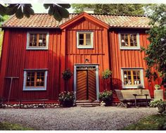 Falu ljus, gulockra, kimröksgrå French Cottage Decor, Swedish Cottage, Red Cottage, Country Home Exteriors, Sweden House, Red Houses, House Siding, Scandinavian Home, Classic House