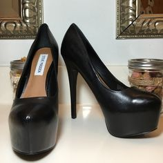 Classic Black Platform Pump - Deja Vu Classic Black hidden platform  leather pump.   Steve Madden Deja Vu.   5 1/2 inch heel with 1 1/2 inch platform.   Excellent used condition.   A couple of minor imperfections. Steve Madden Shoes Heels