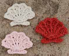 Seashell pattern by Suzann Thompson This pattern uses Front Post and Back Post stitches to suggest the lines on a scallop shell. The foot of the shell is crocheted separately and sewn on. Crochet Seashell Applique, Appliques Au Crochet, Crochet Motifs, Freeform Crochet, Crochet Flowers, Crochet Stitches, Crochet Amigurumi, Crochet Toys, Knit Crochet