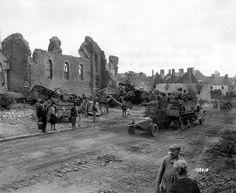 Colonne allemande détruite près de l'église de Roncey dans la poche du même nom, début août 1944.