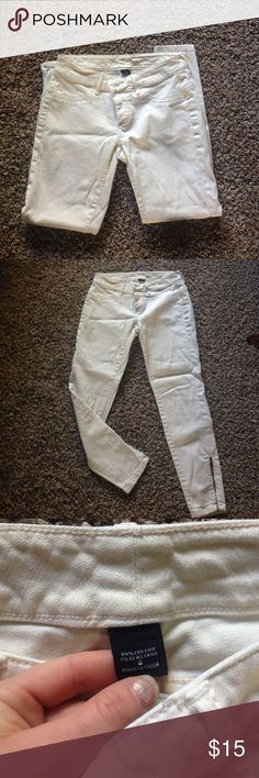 Victoria's Secret Siren Ivory Jean Perfect condition, and the cream color is great for winter. Size is 4 and it features zips along the lower ankle. Jeans