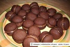 Kávékrémmel töltött kakaós keksz