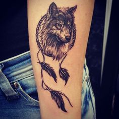 tatouage loup et tête de loup pour bras de femme
