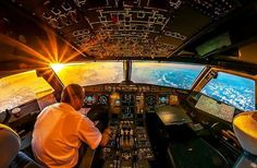 Pilot and captain enjoying a sunrise in an Airbus 320 pic.twitter.com/yy3GjDycVQ