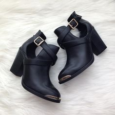 {Rock&Republic} Cutout, Gold toe booties 6.5 Excellent almost like new condition booties by Rock & Republic! They have the cutout with the gold tip :) Minimal signs of use. One of the boots has like a small bulge on one of the heels. Pet/smoke free home! Rock & Republic Shoes Ankle Boots & Booties
