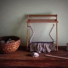 La mise en place de l'atelier provisoire, le prochain et définitif se fera dans la grange⏳ ➰〰 #weaving #atelier #wallhanging #handmade #craft #yaencoreduboulot