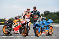 Abrazo de hermanos: Los Márquez en pole position MotoGP y Moto3