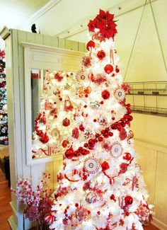 Red and White Christmas Tree...I'm all for a traditional colored tree but this is gorgeous!!