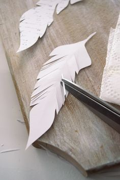 paper projects Learn how to make realistic DIY French Script Paper Feathers (free printable included) that you can distress with coffee and scent with essential oils! Feather Template, Leaf Template, Feather Crafts, Feather Art, Diy Paper, Paper Art, Paper Feathers, Diy Wings, Book Page Crafts