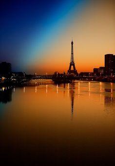 Paris la nuit, vue de la Seine et de la tour Eiffel à partir des berges de l'îlot central où est la maquette initiale de la statue de la Liberté de Bartoldi...