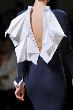 Origami Fashion details - dress back with folded white fabric like crisp white paper // Stephane Rolland Paper Fashion, Origami Fashion, 3d Fashion, Fashion Fabric, Fashion Details, Look Fashion, Fashion Show, Fashion Dresses, Couture Fashion