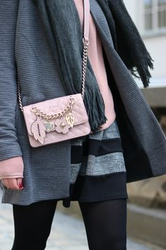 Kleider winterlich stylen – mit diesen Tricks gelingt es dir! Guess Handtasche - Kleid - Pullover - Mantel - Kombination Chloe Bag, Ballerinas, German Fashion, Mode Blog, Tricks, Mantel, Gucci, Shoulder Bag, Chic