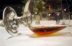 14 - El cognac se produce a partir de variedades de uva blanca muy concretas y siguiendo un procedimiento fijo de destilación especialmente controlada, este proceso tradicional apenas ha variado desde el siglo XVII.