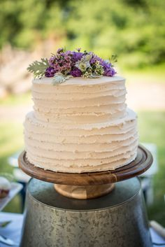 A Homegrown Minnesota Wedding: Wedding cake with simple buttercream and flowers / Outdoor, natural wedding   Malwitz Photography