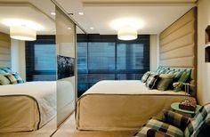 """A preferência do filho do casal, de 21 anos, por uma cama king size determinou o layout do dormitório. """"Como existem as portas de acesso ao quarto e ao banheiro, além da janela com peitoril baixo, impossibilitando utilizar aquele espaço, o jeito foi buscar formas de otimizar a área"""", explica a arquiteta."""