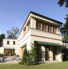 Natürliche Materialien homogenisieren die lebendige Kubatur des Hauses.