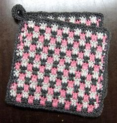 Silmukanjuoksuja: Briketti-patalappu -ohje Diy Crochet And Knitting, Love Crochet, Crochet Crafts, Crochet Projects, Crochet Potholders, Crochet Squares, Sewing Patterns, Crochet Patterns, Crochet Kitchen