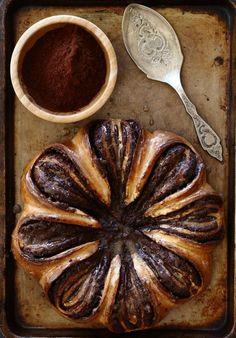 מתכון והסבר מפורט ומצולם צעד אחר צעד להכנת מאפה שוקולד שמרים יפהפה בצורת פרח. מתקבלת עוגת שמרים מרהיבה ומיוחדת וטעימה ביותר.
