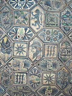 Majolica Floor (about 1438) - Chapel Caracciolo del Sole in the Church of San Giovanni a Carbonara in Naples Decoração em Alfardon e Luzetas (influência islâmica)