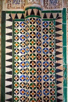 Moorish arabesque ceramic tiles sculpted plasterwork of the Palacios Nazaries, Alhambra. Islamic Patterns, Tile Patterns, Fairy Wallpaper, Spain Images, Spanish Tile, Islamic Architecture, Moorish, Islamic Art, Pattern Wallpaper