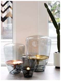 Een lamp met tijdloze uitstraling: De Balloons van Brokis. Handgeblazen rookglas met een metalen deel voor de fitting.