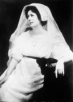 Isadora Duncan - The inventor of American modern dance died tragically when her long scarf became entangled around the rear axle of the car she was riding in Isadora Duncan, Paul Poiret, Margot Fonteyn, People Of Interest, American Modern, Model Face, Modern Dance, Hollywood Actor, Long Scarf