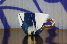 Pojemna asymetryczna filiżanka wykonana ręcznie z biało niebieskiej porcelany, zdobiona prawdziwym złotem (możliwa wersja z platyną). Elegancka i ponadczasowa. Zdjęcia przedstawiają prototyp....