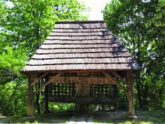 """Troiţa din  Feţeni (Vâlcea)  a fost adusă în muzeu în anul 1958. Prin soluţia constructivă – multe braţe şi arce îmbinate – precum şi prin maniera plastică de redare a picturii, troiţa de la Feţeni demonstrează ingeniozitatea şi originalitatea meşterilor populari, ea având înfăţişarea unui """"arbore al vieţii"""". Folklore, Gazebo, Outdoor Structures, Cabin, House Styles, Home Decor, Kiosk, Decoration Home, Room Decor"""