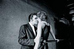 La famosa foto de 'El beso', culminación del coqueteo entre Elvis y su admiradora Barbara Gray. FOTO: ALFRED WERTHEIMER / TASCHEN