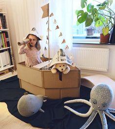 Mom Makes Elaborate Cardboard Costumes For Her Kids - Cardboard Box Houses, Cardboard Box Crafts, Cardboard Playhouse, Cardboard Toys, Cardboard Furniture, Cardboard Box Ideas For Kids, Projects For Kids, Diy For Kids, Crafts For Kids
