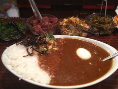 神田インデラのカレーライス。漬物、佃煮は食べ放題。普通のカレーが美味しい。 通い続けて25年。