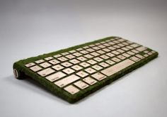 Een toetsenbord van hout en mos