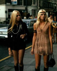 English hippie girls in swinging London, Not real hippies, way too glam. What makes these hippies? They're both wearing very heavy makeup. The one on the left is wearing a black leather jack. 70s Inspired Fashion, 60s And 70s Fashion, Look Fashion, Trendy Fashion, Vintage Fashion, Gypsy Fashion, Street Fashion, 60s Hippie Fashion, 1969 Fashion