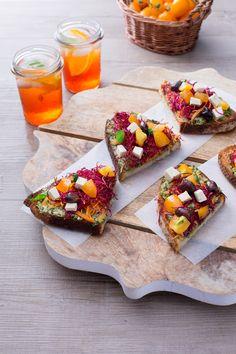 Il crostino vegano è un antipasto sfizioso con ingredienti insoliti e scenografici che si incontrano in una raffinata girandola di gusto e di colore! (vegan crouton)