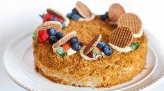 «Медовик», «Чудо», «Пчелка» — у этого торта много названий, но неизменным остается его нежный медовый вкус. Тот, кто хоть раз делал его сам, обязательно добавлял после в рецепт что-то свое. А для тех…