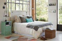 Respaldos de cama para vestir tu dormitorio  De álamo macizo patinado. Viene en varios colores (desde $3135, Villatte)