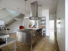 Une réalisation dans l'essence du modèle Italia qui est la cuisine professionnelle appliquée à l'espace domestique. Le protagoniste est l'acier inox : ductile, hygiénique et indestructible. Italia est le centre opérationnel des travaux domestiques. Tout au bon endroit chez soi, comme au restaurant. http://paralleleonline.be/cuis_model_gal.asp?id_cuisine_composition=1&id_mnu=1